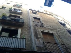 Imprempta Cormellas - Carrer del Call 14-16 - Barcelona - Façana de l'edifici on hi havia el taller on es va imprimir la segona part de El Quijote ara fa 400 anys